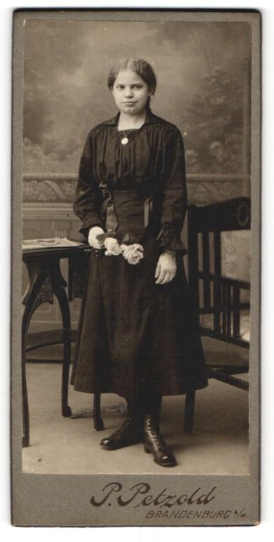 Fotografie P. Petzold, Brandenburg a/H, Portrait Mädchen in festlichem Kleid
