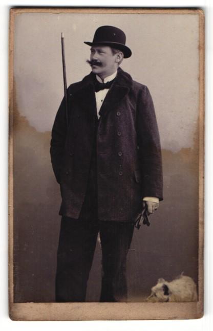 Fotografie G. Klimmer, Bückeburg, Portrait Herrr mit Hut, Spazierstock und Hund