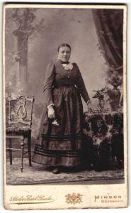 Fotografie Carl Beste, Minden, Portrait junge Dame in Kleid