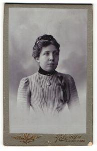 Fotografie Pokorny, Wien, Portrait junge Dame mit Wespentaille