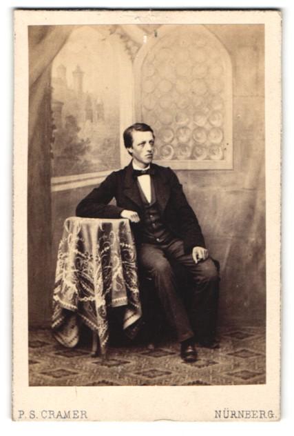 Fotografie P. S. Cramer, Nürnberg, Portrait bürgerlicher Herr in Anzug