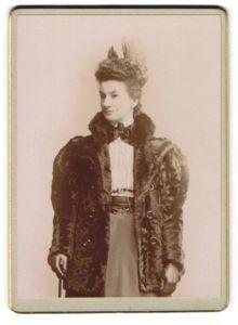 Fotografie unbekannter Fotograf und Ort, Portrait Dame in Pelzjacke