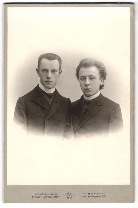 Fotografie Franz Langhammer, Bonn, Portrait zwei junge Herren in identischen Anzügen