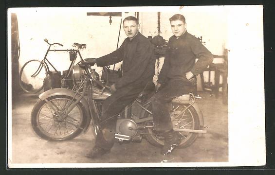 Foto-AK Junge Männer mit einem Zündapp-Motorrad