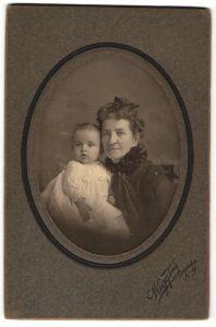 Fotografie Wiggins, Oneida, Portrait ältere Dame und Säugling, USA