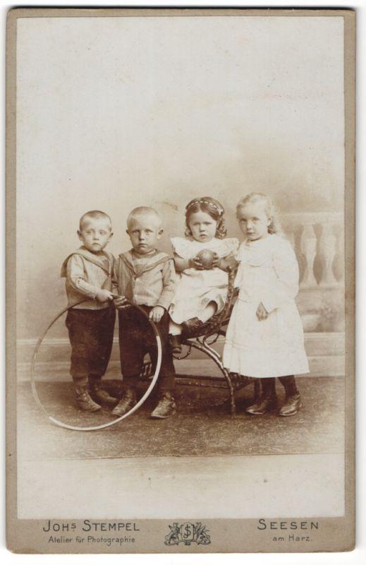 Fotografie Johs. Stempel, Seesen am Harz, Portrait zwei Knaben und zwei Mädchen