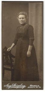 Fotografie Aug. Striepling, Hameln, Portrait bürgerliche junge Dame in Kleid