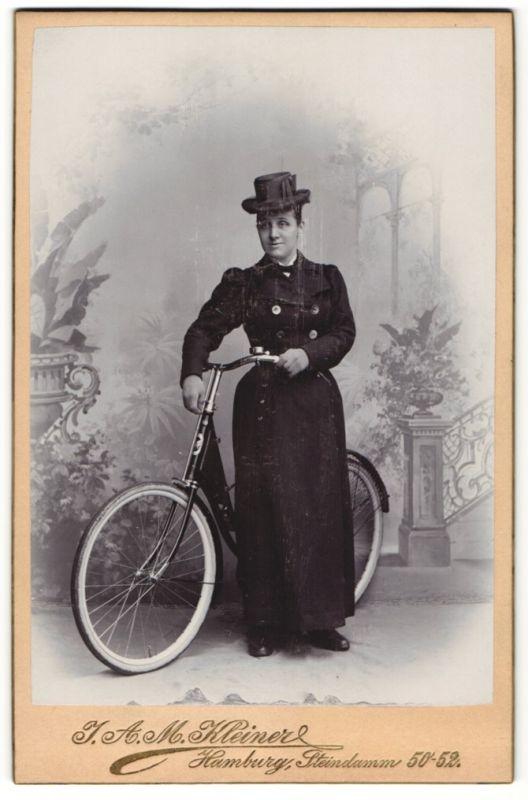 Fotografie J. A. M. Kleiner, Hamburg, Portrait Dame mit Victoria-Fahrrad