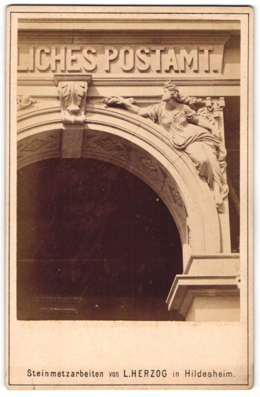Fotografie Carl Kesselhuth, Hildesheim, Ansicht Hildesheim, Steinmetzarbeit von L. Herzog, Weiblicher Genius