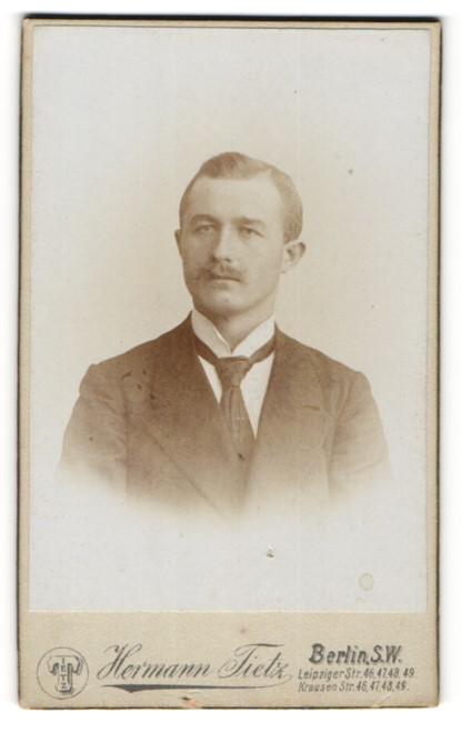 Fotografie Hermann Tietz, Berlin-SW, Portrait bürgerlicher Herr mit Oberlippenbart