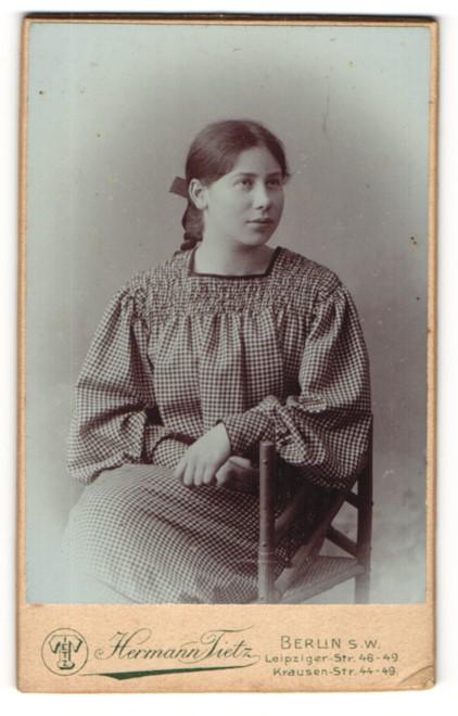 Fotografie Hermann Tietz, Berlin-SW, Portrait Fräulein in kleinkariertem Kleid