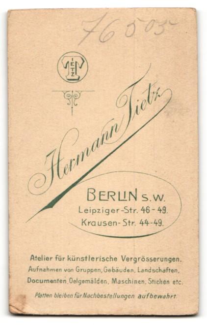 Fotografie Hermann Tietz, Berlin-SW, Portrait Fräulein in kleinkariertem Kleid 1