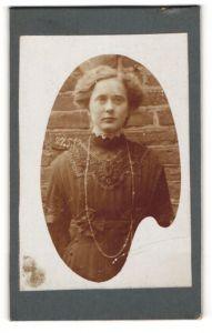 Fotografie unbekannter Fotograf und Ort, Portrait Dame mit Hochsteckfrisur