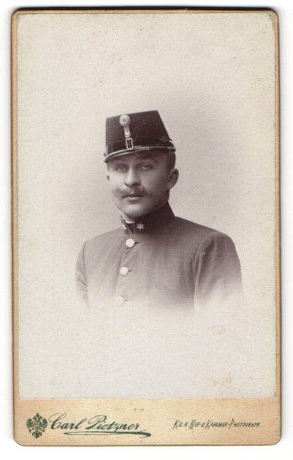 Fotografie Carl Pietzner, Wien, Portrait Soldat in Uniform mit Tschako