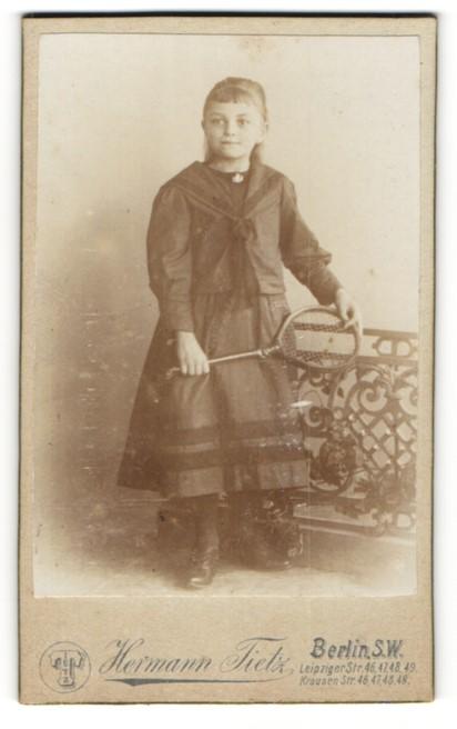 Fotografie Hermann Tietz, Berlin-SW, Portrait Mädchen mit Tennisschläger