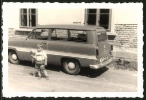 Fotografie Auto Ford Taunus Kombi, Knabe in Lederhose steht neben dem PKW