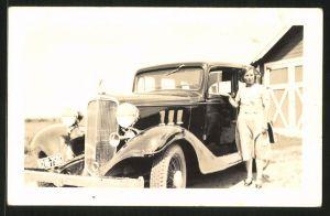 Fotografie Auto Limousine, hübsche Frau posiert neben PKW mit Kühlerfigur, Kfz-Kennz. BH246-750