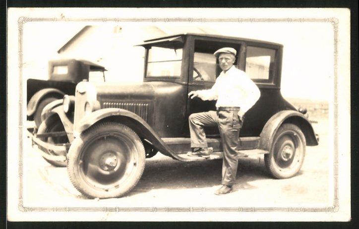 Fotografie Auto Ford Modell T, Fahrer posiert am PKW