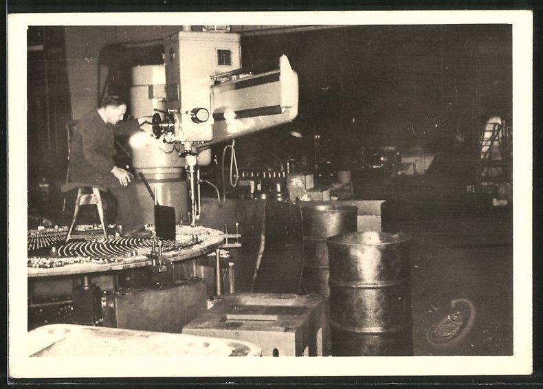 Fotografie Maschinenfabrik, Arbeiter bedient Bohrmaschine für Kesselbau