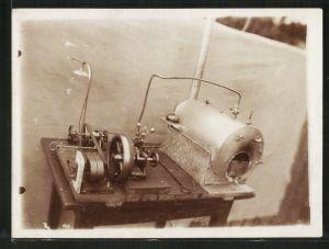 Fotografie Miniatur-Dampfmaschine, Kessel mit Kondensator und Nebenantrieb