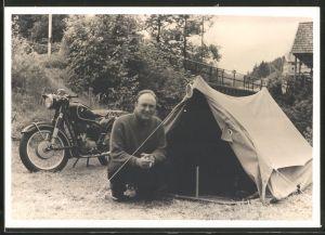 Fotografie Motorrad BMW, Fahrer mit Zelt neben dem Krad