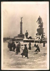 Fotografie Fotograf unbekannt, Ansicht Berlin, Kinder spielen im Schnee beim Bismarck-Denkmal, Blick zur Siegessäule
