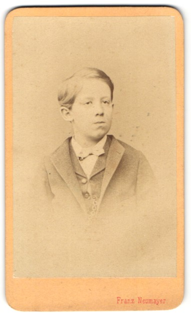 Fotografie Franz Neumayer, München, Portrait Knabe in Anzug