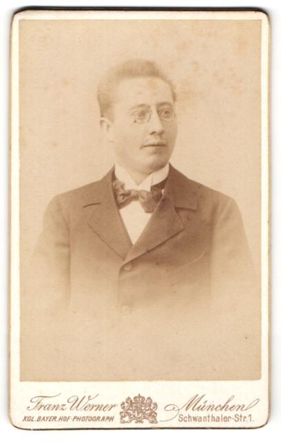 Fotografie Franz Werner, München, Portrait bürgerlicher Herr mit Zwicker