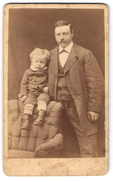Fotografie H. Schrader, Hannover, Portrait Vater und Sohn
