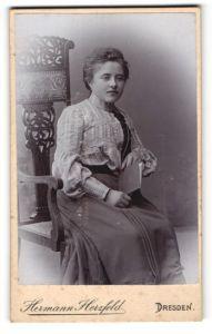 Fotografie Hermann Herzfeld, Dresden, Portrait junge Dame mit zurückgebundenem Haar