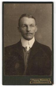 Fotografie Franz Rompel, Hamburg, Portrait bürgerlicher Herr in Anzug