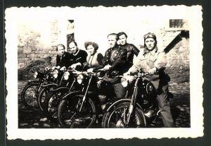 Fotografie Motorrad-Club, Männer & Frauen auf Krad starten zu einer Ausfahrt