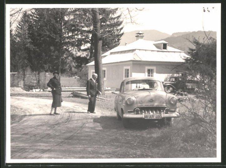 Fotografie Auto Opel Rekord, Paar mit PKW vor einer Villa