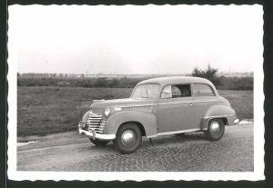 Fotografie Auto Opel Olympia, PKW auf einer Landstrasse