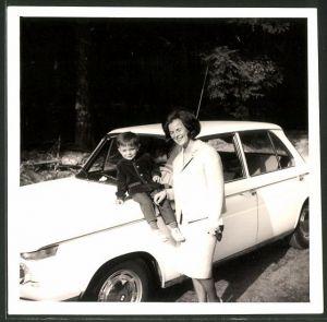 Fotografie Auto BMW, Mutter mit Kind und weisser Limousine