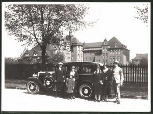 Fotografie Auto Limousine, Familie neben Luxus-PKW vor der Abreise