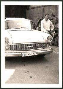 Fotografie Auto Opel, stolzer Fahrer neben Limousine mit Faltdach