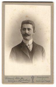 Fotografie Atelier Berolina, Berlin-C, Portrait bürgerlicher Herr mit Oberlippenbart