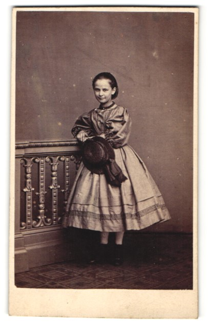 Fotografie unbekannter Fotograf und Ort, Portrait Mädchen in bezauberndem Kleid