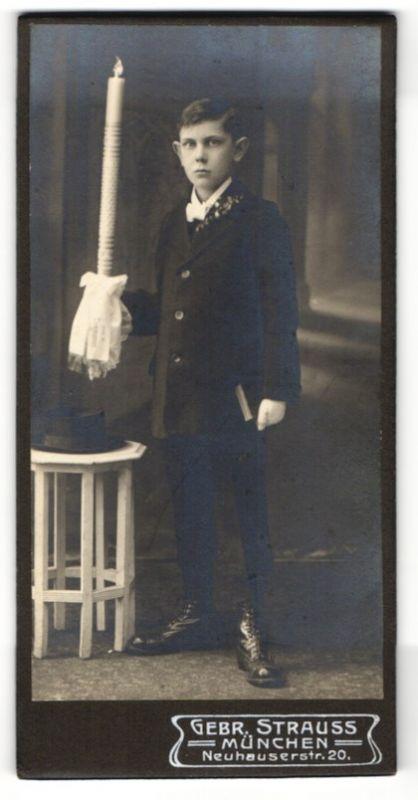 Fotografie Gebr. Strauss, München, Portrait Knabe in Anzug mit Kerze