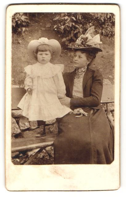 Fotografie unbekannter Fotograf und Ort, Portrait Mutter und Tochter