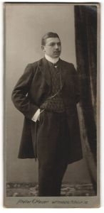 Fotografie Atelier E. Heuer, Wittenberg, Portrait bürgerlicher Herr in Anzug