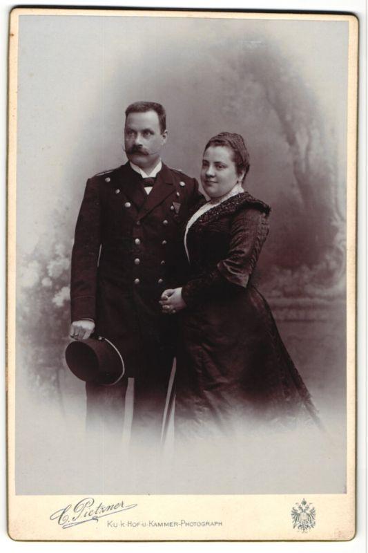 Fotografie C. Pietzner, Wien, Portrait Herr in Uniform und Gattin