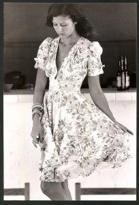 Fotografie Model in elegantem Nachmittagskleid mit tiefem Ausschnitt