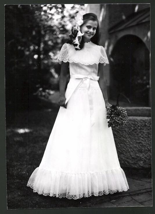 Fotografie Model in Brautkleid mit Blumen im Haar Nr. 7482563 ...