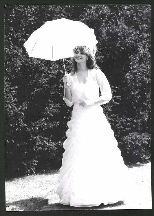 Fotografie Model in Brautkleid mit Sonnenschirm Nr. 7482568 ...