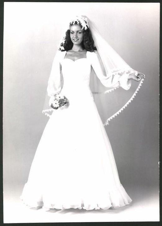Fotografie Model in Brautkleid mit Blumen und Schleier Nr. 7482571 ...