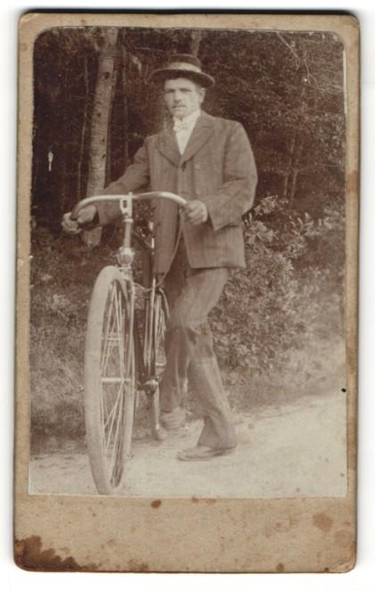 Fotografie junger Mann mit Fahrrad im Grünen 0