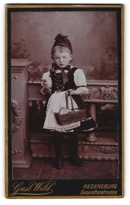 Fotografie Gust. Wild, Regensburg, Portrait kleines Mädchen in Tracht
