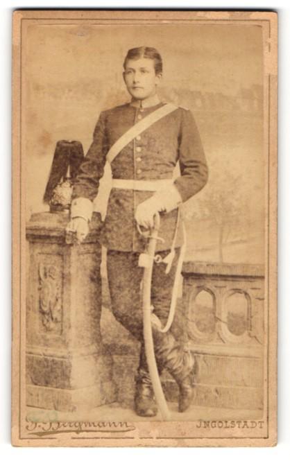 Fotografie F. Bergmann, Ingolstadt, Portrait Soldat eines Garderegiments mit Säbel
